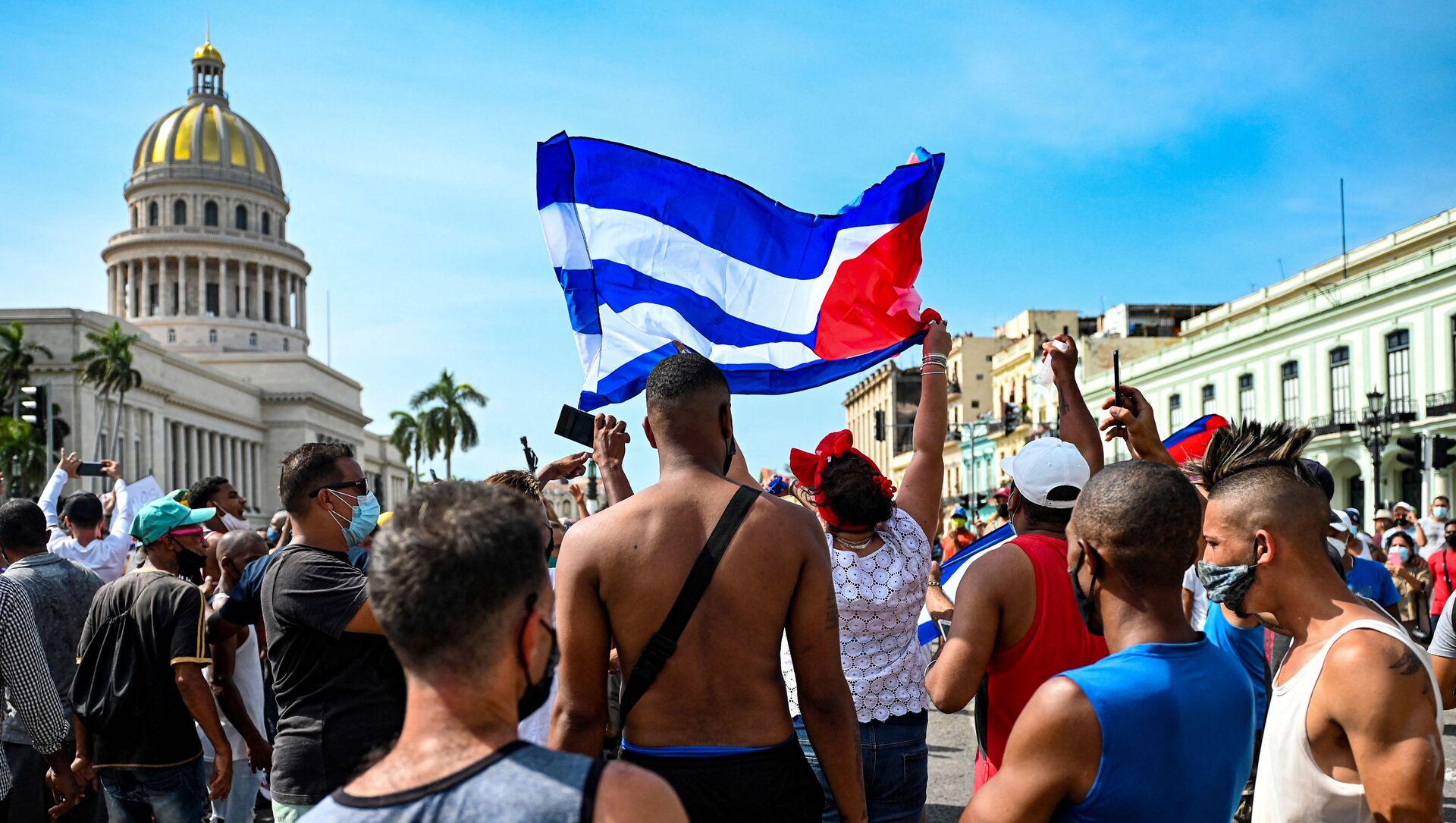 Кубинцы у Капитолия Гаваны во время демонстрации против правительства - Sputnik Азербайджан, 1920, 16.07.2021