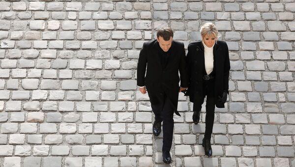 Президент Франции Эммануэль Макрон (слева) и его жена Брижит Макрон в Париже, 8 декабря 2017 года. - Sputnik Азербайджан