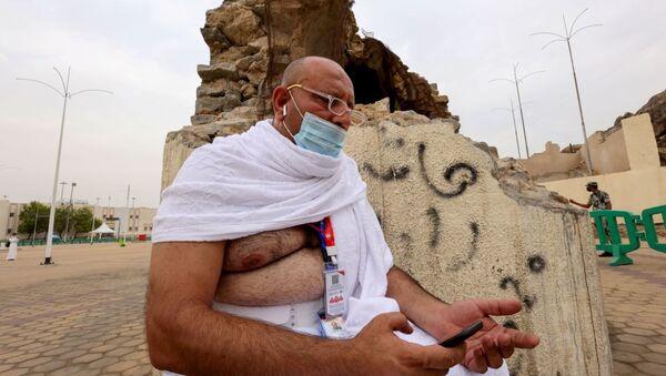 Мусульманский паломник молится на равнине Арафат во время ежегодного паломничества хаджа - Sputnik Азербайджан