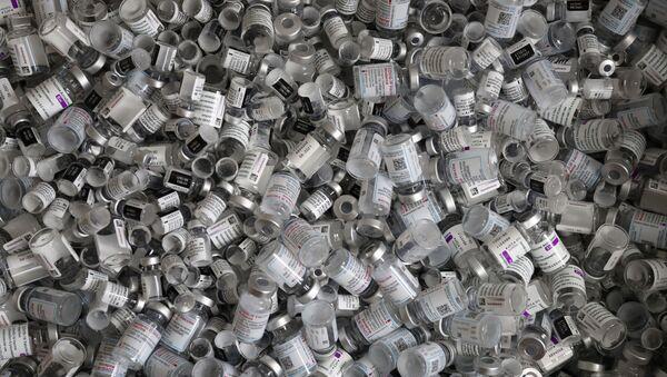 Пустые флаконы от вакцин Pfizer-BioNTech, Moderna и AstraZeneca - Sputnik Azərbaycan