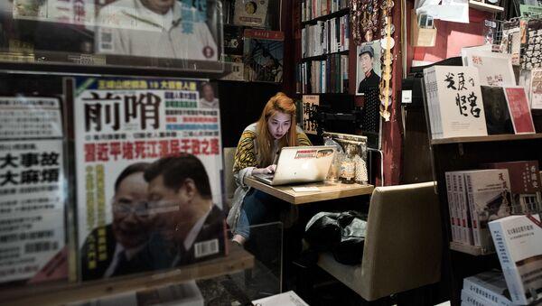 Девушка сидит за ноутбуком. Гонконг - Sputnik Азербайджан