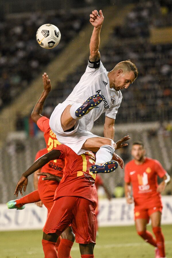 Игровой момент матча Карабах Ашдод - Sputnik Азербайджан