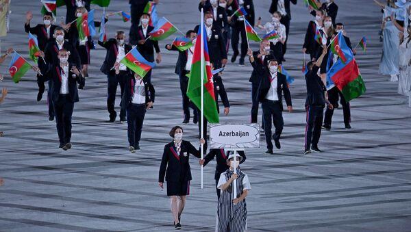 Проход азербайджанской делегации на церемонии открытия 32-летних Олимпийских игр в Токио - Sputnik Azərbaycan