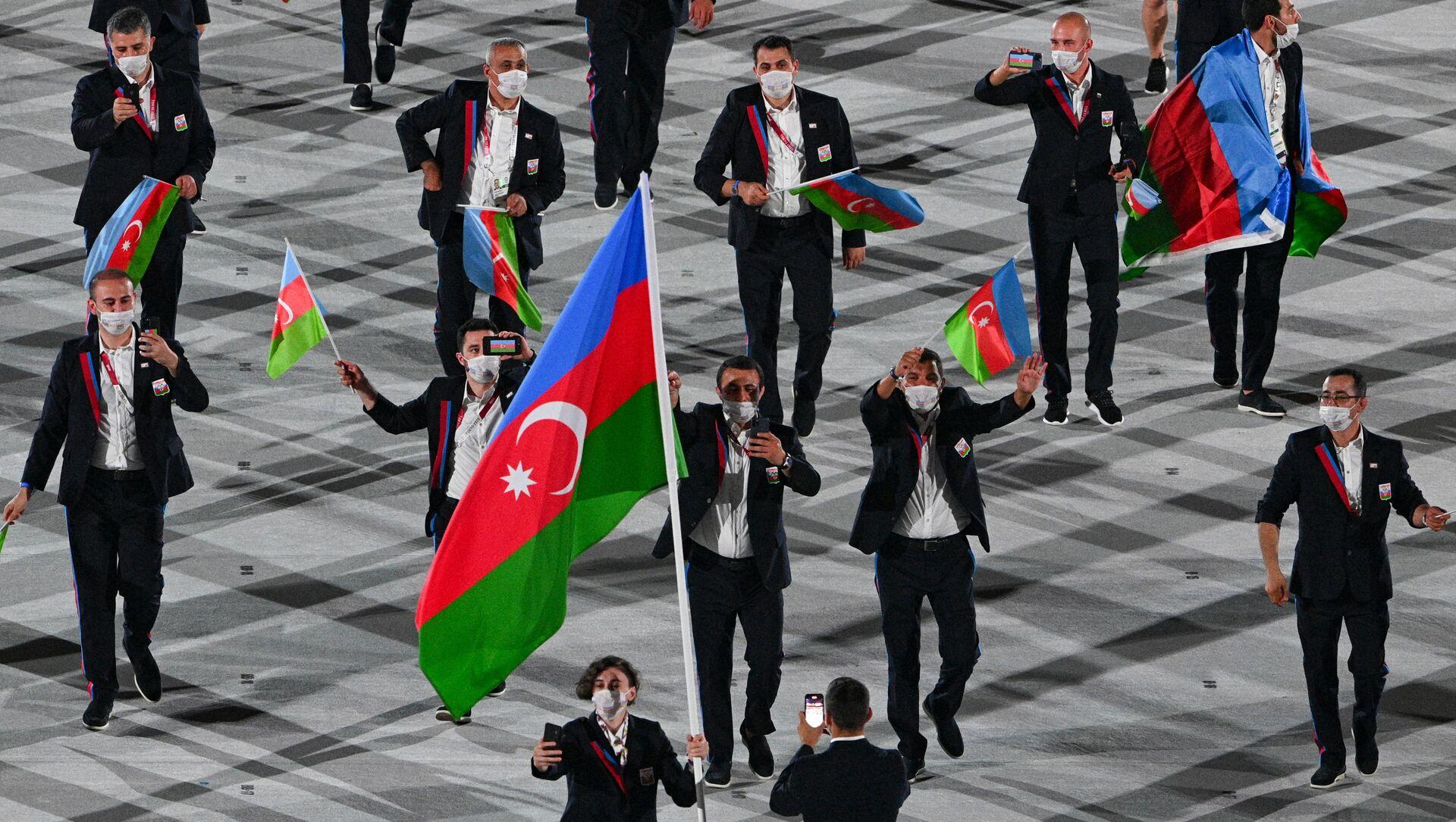 Проход азербайджанской делегации на церемонии открытия 32-летних Олимпийских игр - Sputnik Азербайджан, 1920, 07.08.2021