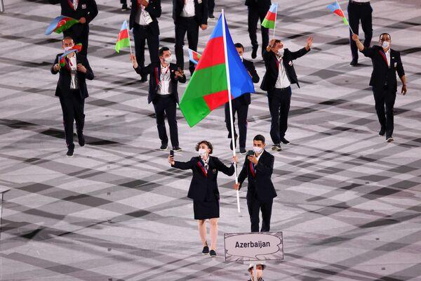 Проход азербайджанской делегации на церемонии открытия 32-летних Олимпийских игр - Sputnik Азербайджан