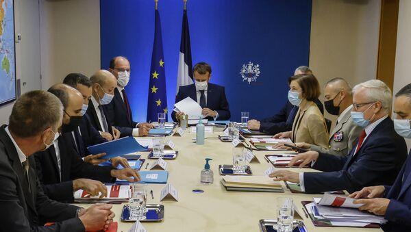 Президент Франции Эммануэль Макрон проводит экстренное совещание в Елисейском дворце - Sputnik Азербайджан