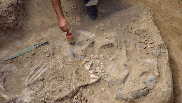 Sarıyoxuş dərəsindəki 1 və 2 saylı daş örtüklü kurqanlarda arxeoloji qazıntılar - Sputnik Azərbaycan