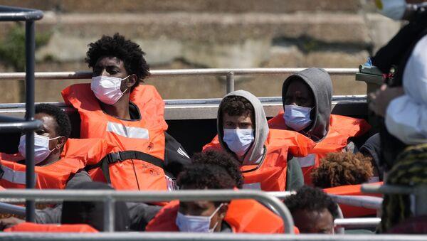 Мигранты, прибывшие в Великобританию из Франции, в порту Довера  - Sputnik Азербайджан