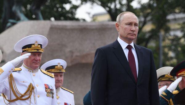 Президент РФ В. Путин принял участие в Главном военно-морском параде - Sputnik Azərbaycan
