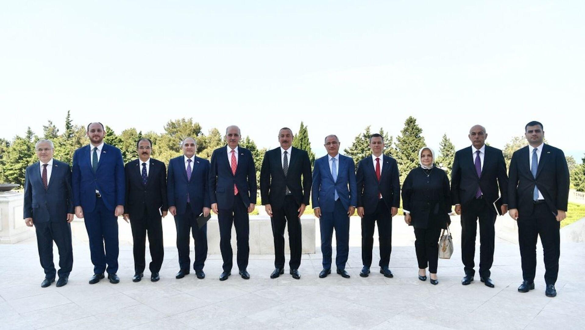Президент Азербайджана Ильхам Алиев в понедельник, 26 июля, принял делегацию во главе с первым заместителем председателя Партии справедливости и развития Турции Нуманом Куртулмушем - Sputnik Азербайджан, 1920, 26.07.2021
