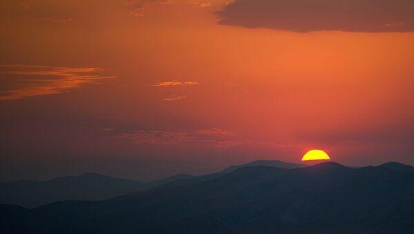 Закат солнца в городе Гусар - Sputnik Азербайджан