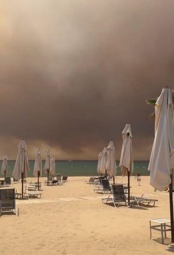 Дым от лесного пожара над пляжем в Манавгате, Анталья, Турция - Sputnik Азербайджан