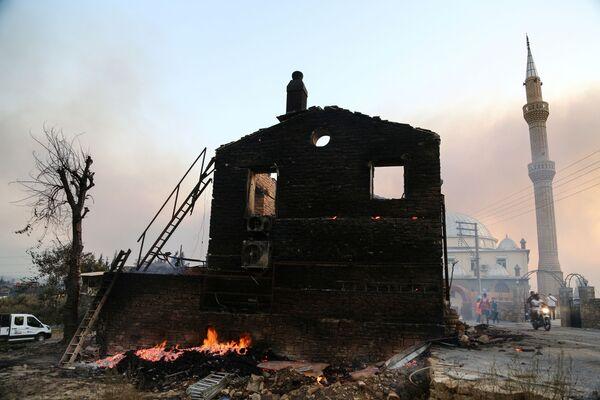 Сгоревший дом в Манавгате, Турция - Sputnik Азербайджан
