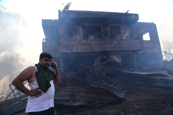 Житель Манавгата у сгоревшего в результате лесного пожара дома  - Sputnik Азербайджан