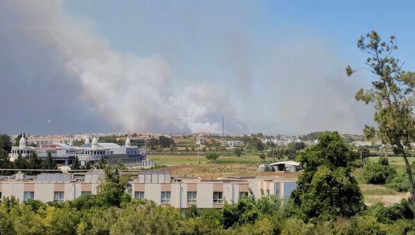 Дым от лесного пожара в Манавгате, Турция - Sputnik Азербайджан