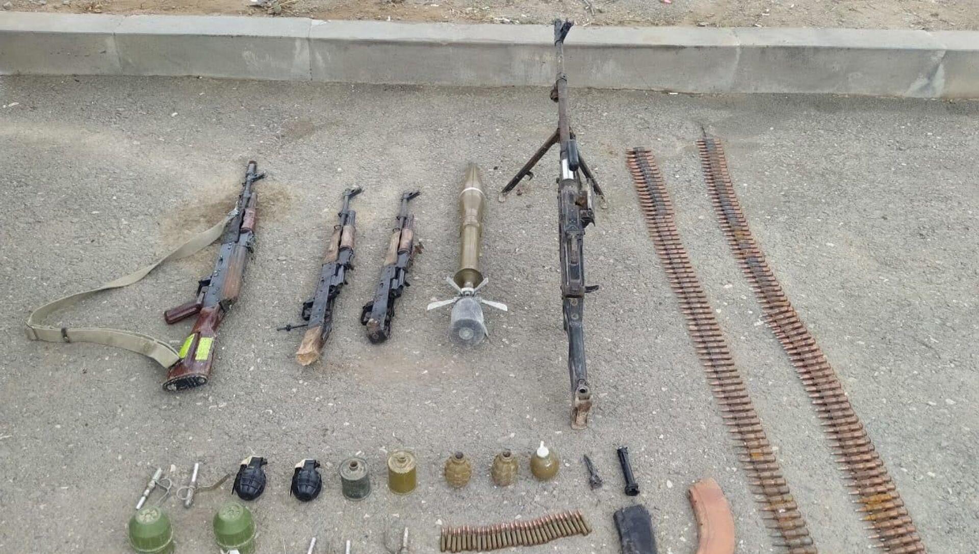 Пулемет и автоматы, брошенные ВС Армении - Sputnik Азербайджан, 1920, 29.07.2021
