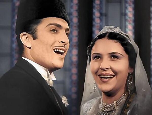Кинолента «Аршин мал алан» является первой опереттой на мусульманском востоке и первой азербайджанской кинокомедией. Она была снята на основе одноимённой оперетты композитора Узеира Гаджибейли и прославилась за рубежом. В этом году оперетте исполнилось 102 года. - Sputnik Азербайджан