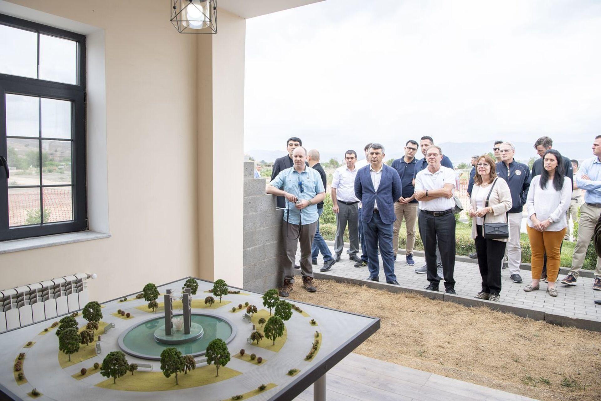 Губернатор американского штата прошелся по улицам Баку и Умного села в Зангилане - Sputnik Азербайджан, 1920, 29.07.2021