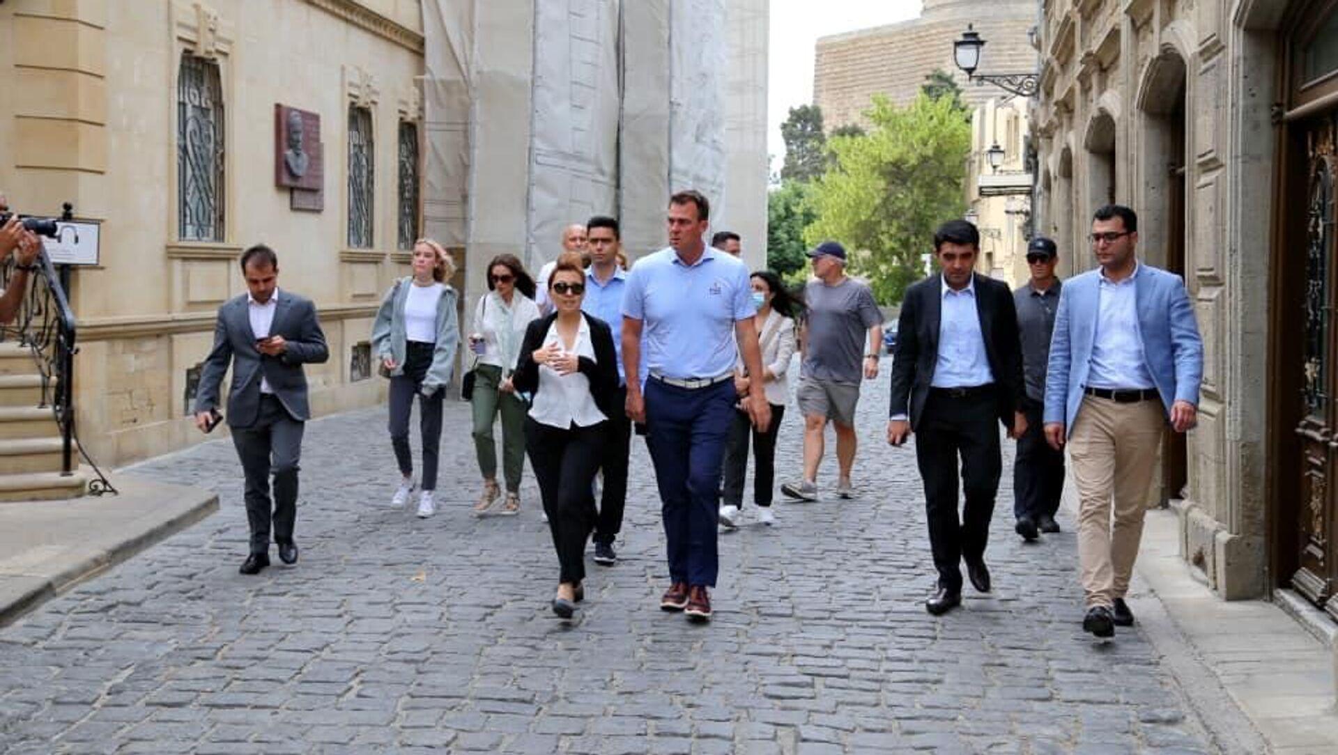 Губернатор американского штата Оклахома Кевин Ститт в рамках своего рабочего визита в Азербайджан совершил прогулку по Баку - Sputnik Азербайджан, 1920, 29.07.2021