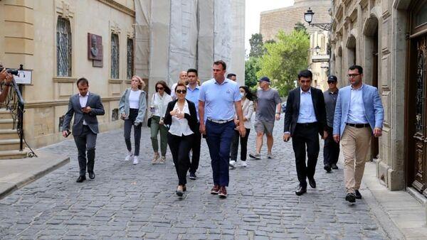 Губернатор американского штата Оклахома Кевин Ститт в рамках своего рабочего визита в Азербайджан совершил прогулку по Баку - Sputnik Азербайджан