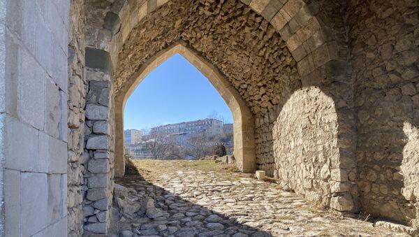 Вид на Шушу через Гянджинские ворота - Sputnik Азербайджан