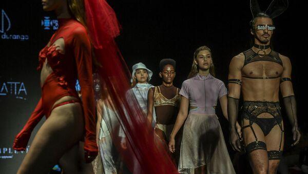 Модели представляют свои творения во время показа мод, Колумбия - Sputnik Azərbaycan