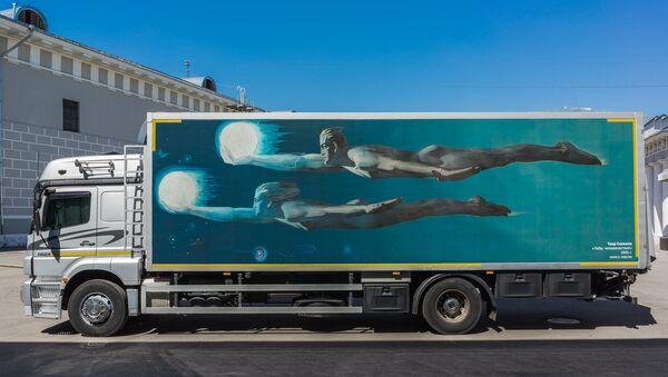 Самый большой грузовой автомобиль, участвующий в московском проекте #FollowArt (#следуйзаискусством), девятиметровый арт-трак получил имя «Салахов» в память о недавно ушедшем легендарном азербайджанском художнике Таире Салахове - Sputnik Азербайджан