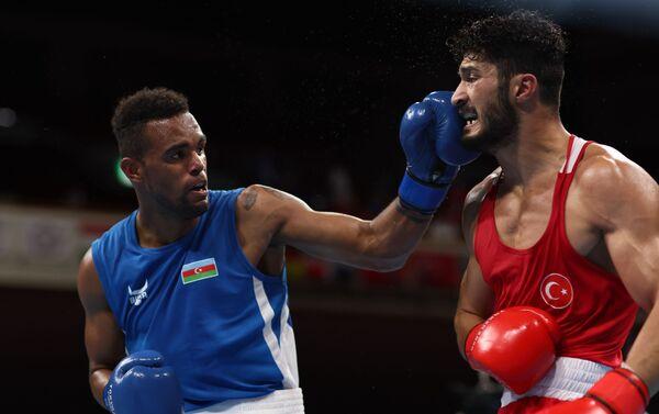 Азербайджанский боксер Альфонсо Домингес (81 килограмм) во время поединка с Байрамом Малкан - Sputnik Азербайджан