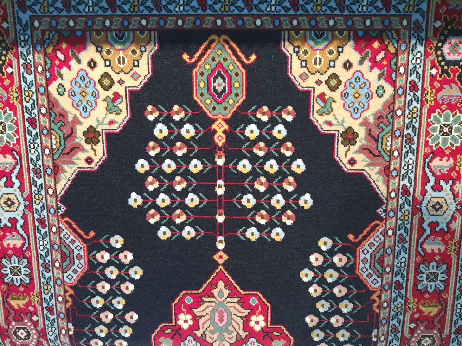 Бакинцам представили карабахский ковер, украшенный белыми цветами - Sputnik Азербайджан, 1920, 30.07.2021