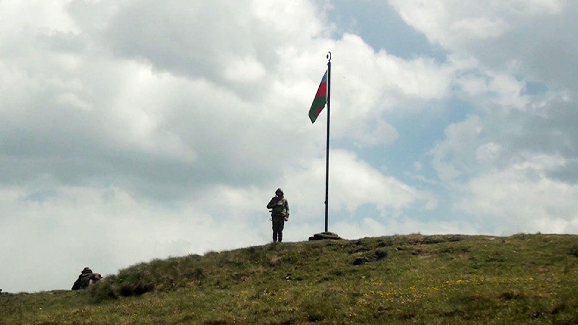 Азербайджанский военнослужащий на боевой позиции, фото из архива  - Sputnik Азербайджан, 1920, 26.08.2021