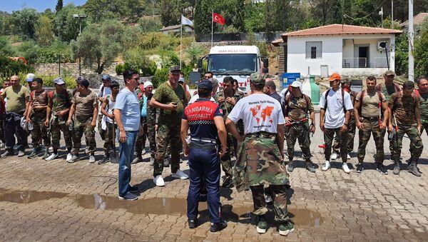 Пожарные министерства по чрезвычайным ситуациям Азербайджана, выехавшие для борьбы с масштабными пожарами в Турцию - Sputnik Azərbaycan