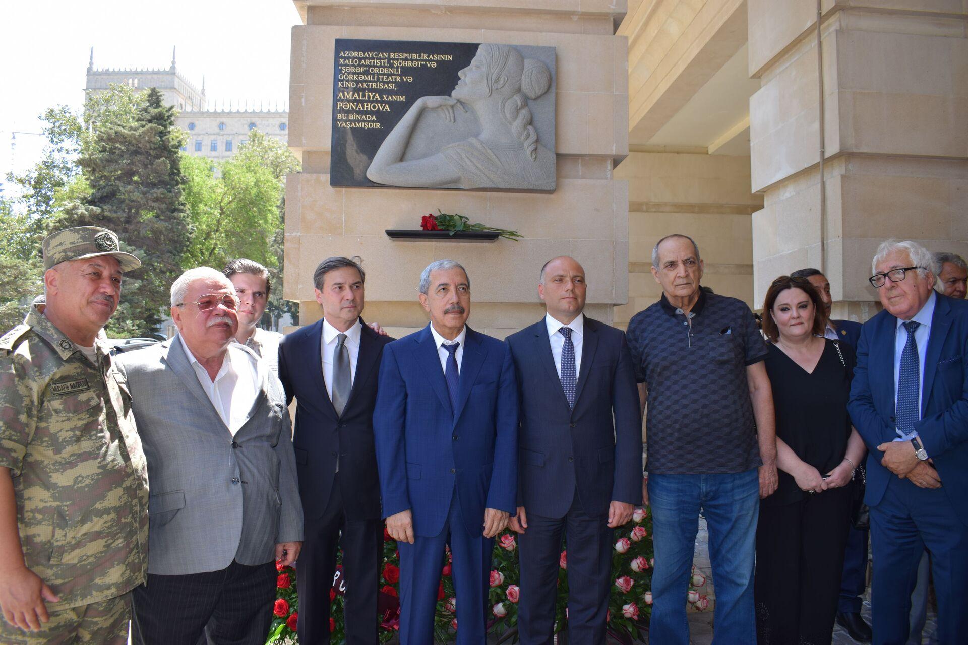 Церемония открытие ее барельефа народной артистки Амалии Панаховой - Sputnik Азербайджан, 1920, 28.09.2021