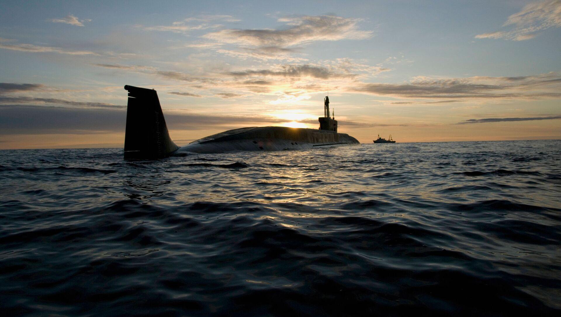Атомная подводная лодка (АПЛ) Юрий Долгорукий во время ходовых испытаний летом 2009 года. - Sputnik Azərbaycan, 1920, 22.09.2021