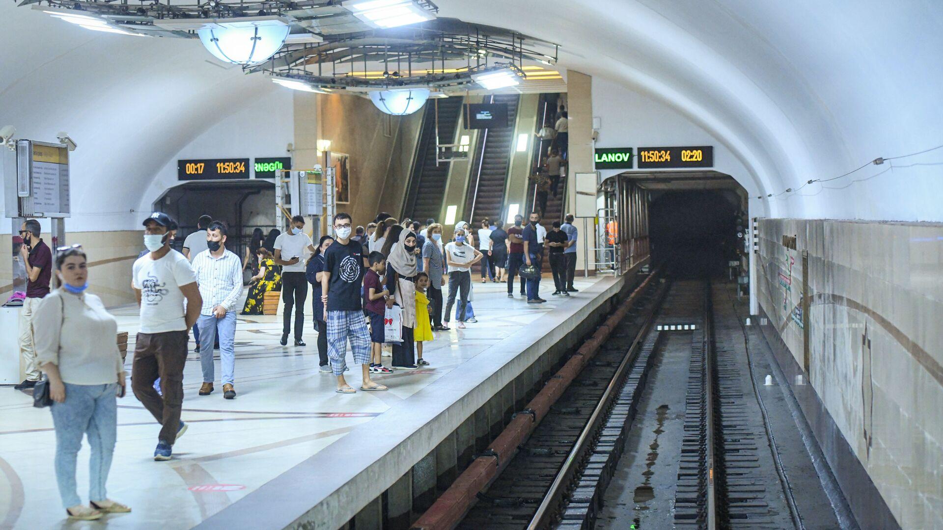 Пассажиры на платформе на одной из станций Бакинского метрополитена - Sputnik Азербайджан, 1920, 30.09.2021