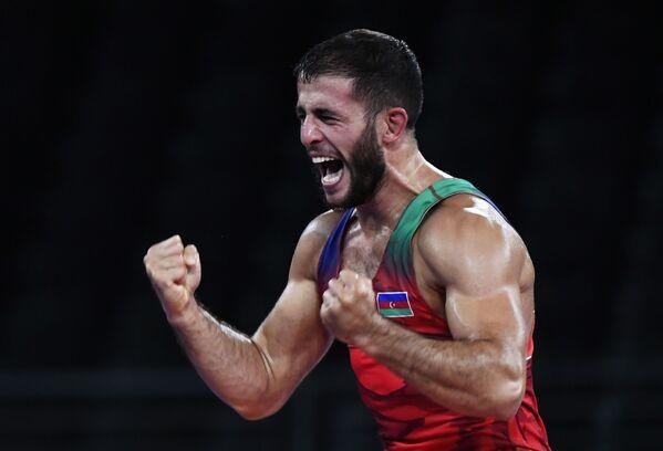 Азербайджанский борец по греко-римской борьбе Рафиг Гусейнов (в красном) и спортсмен из Армении Карапет Чалян во время схватки за бронзовую медаль на Олимпийских играх 2020 года в Токио - Sputnik Азербайджан