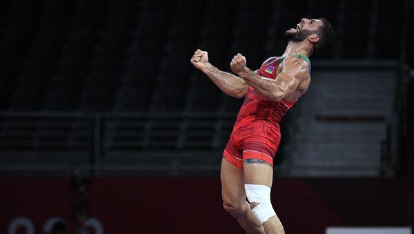 Азербайджанский борец по греко-римской борьбе Рафиг Гусейнов ( до 77 кг) после победы над спортсменом из Армении Карапетом Чаляном на Олимпийских играх 2020 года в Токио - Sputnik Азербайджан