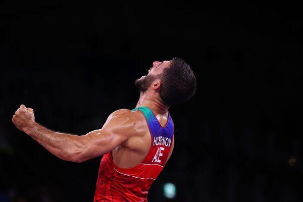 Азербайджанский борец по греко-римской борьбе Рафиг Гусейнов после победы над спортсменом из Армении Карапетом Чаляном - Sputnik Азербайджан