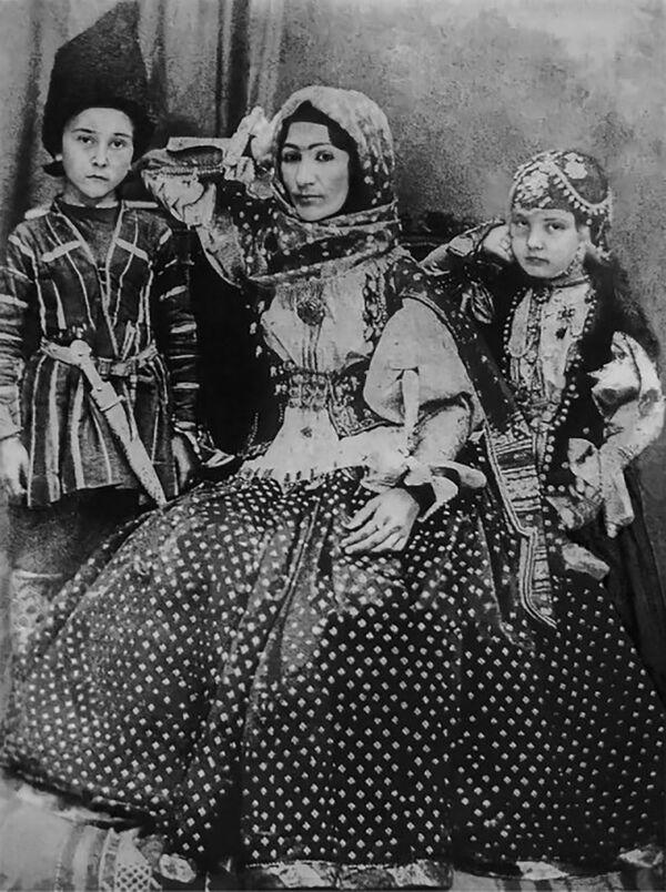 Хуршидбану Натаван, её сын Мехдикули-хан Вяфа и дочь Ханбике.  Хуршидбану Натаван – дочь последнего правителя Карабаха Мехтигулу хана Джаваншира, которую также называли последней принцессой Карабаха и дочерью хана. - Sputnik Азербайджан