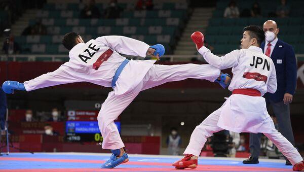 Азербайджанский каратист Фирдовси Фарзалиев (слева) и японский спортсмен Наото Сагою  - Sputnik Азербайджан