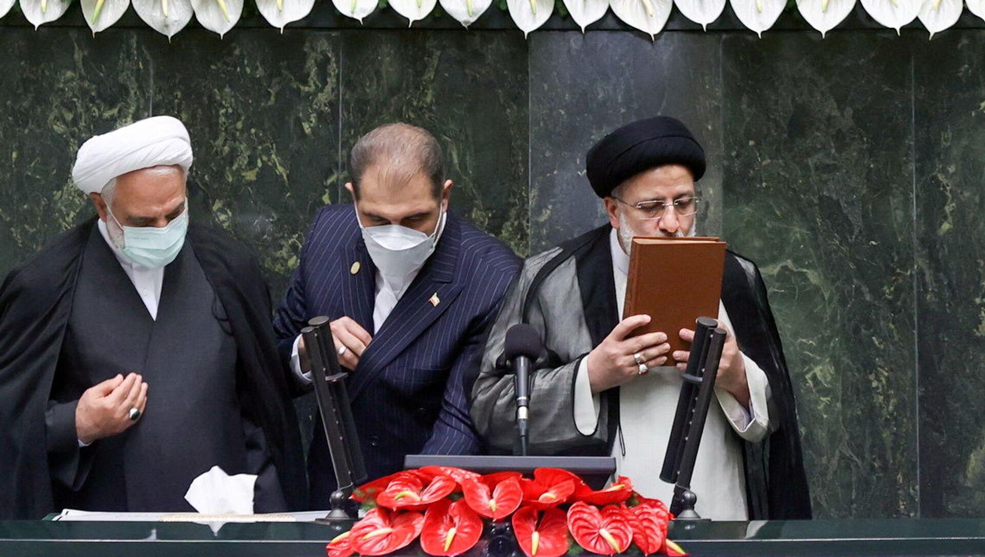 Новый президент Ирана Эбрагим Раиси целует Коран во время инаугурации - Sputnik Азербайджан, 1920, 05.08.2021