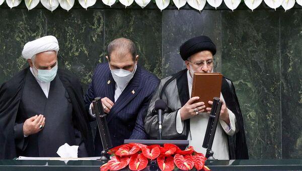 Новый президент Ирана Эбрагим Раиси целует Коран во время инаугурации - Sputnik Азербайджан