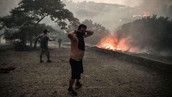 Местные жители собираются для борьбы с лесным пожаром в лесу Татой недалеко от Ахарнеса, Греция - Sputnik Azərbaycan