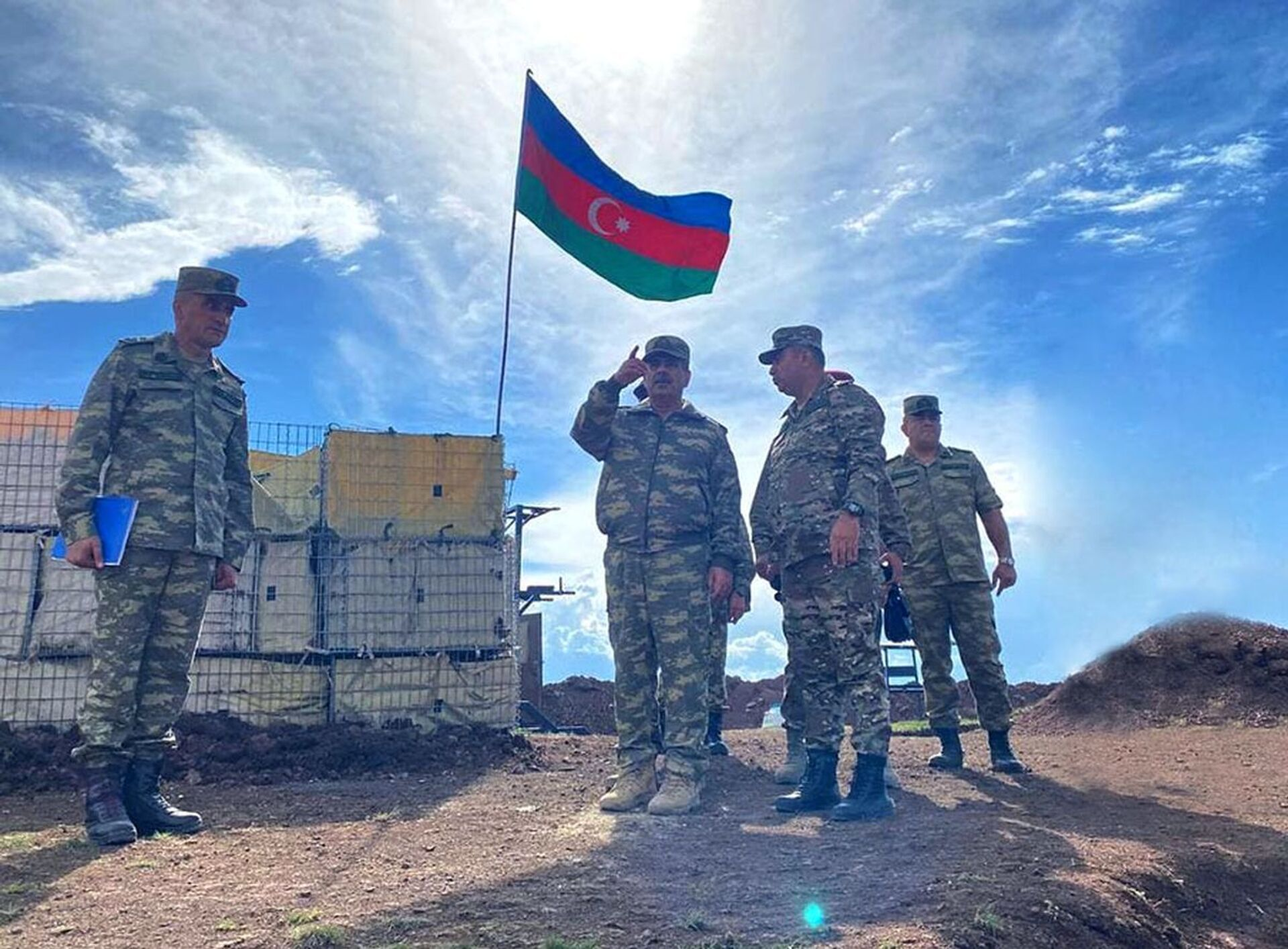 Министр обороны встретился с личным составом, несущим боевое дежурство в Кяльбаджарском районе - Sputnik Азербайджан, 1920, 01.10.2021