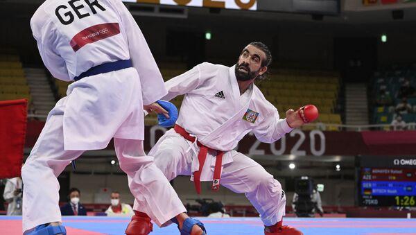 Азербайджанский каратист Рафаэль Агаев и спортсмен из Германии Ной Бич во время схватки на Олимпийских играх в Токио - Sputnik Азербайджан