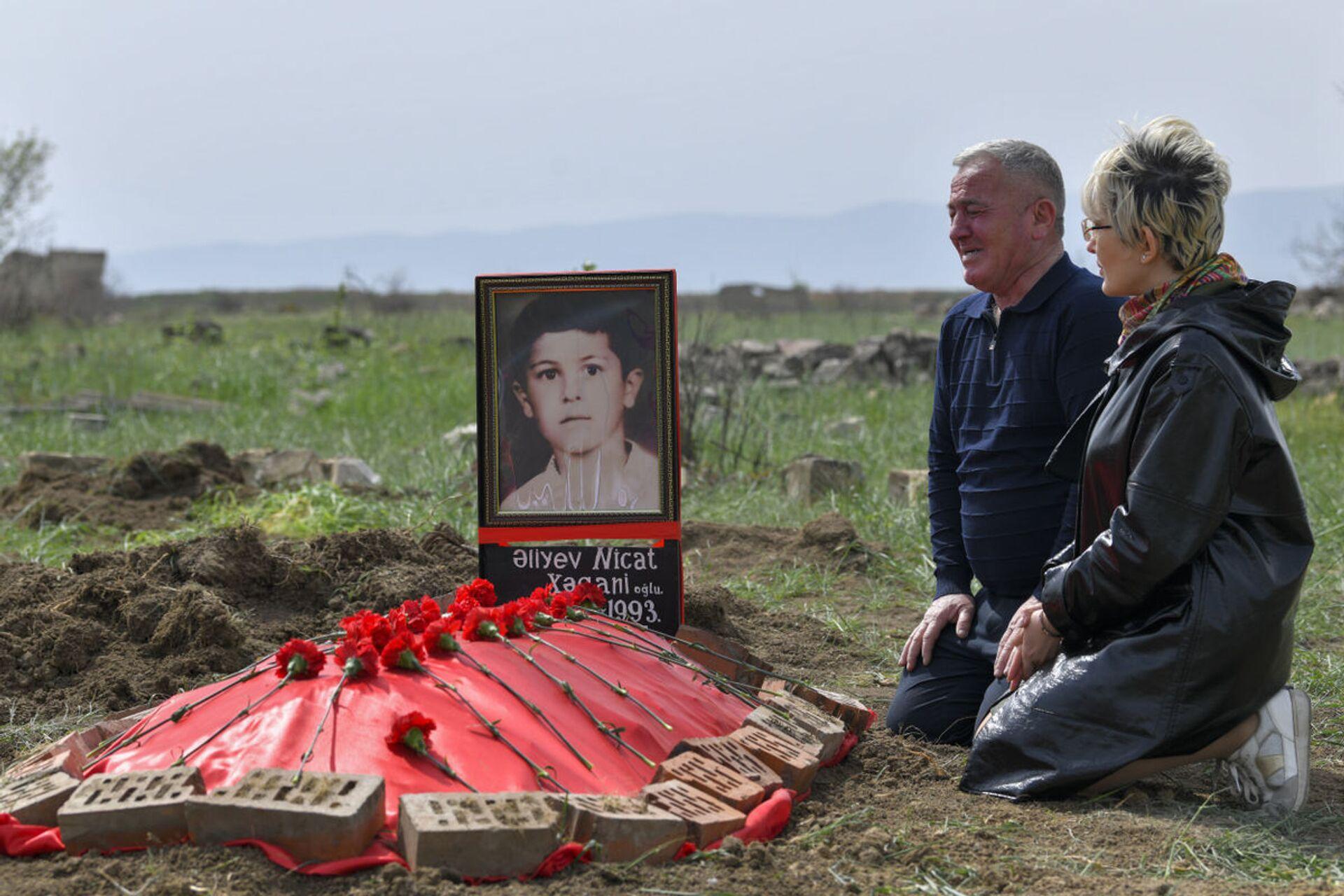 Поиски могилы семилетнего Ниджата – сына одного из героев своего проекта «Лагерь для пленных» Хагани Алиев - Sputnik Азербайджан, 1920, 01.10.2021