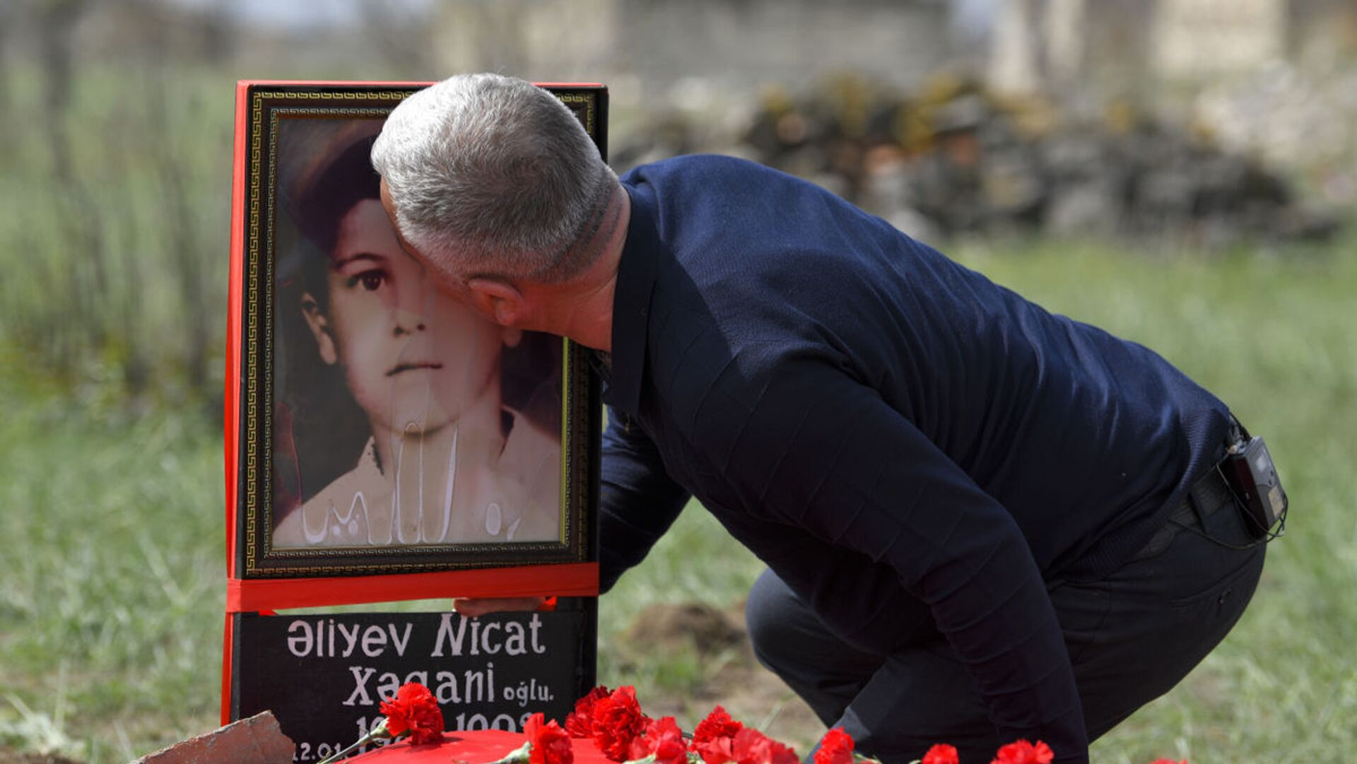 Поиски могилы семилетнего Ниджата – сына одного из героев своего проекта «Лагерь для пленных» Хагани Алиев - Sputnik Азербайджан, 1920, 14.08.2021