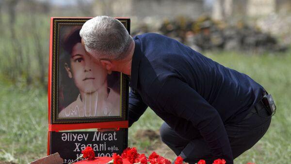 Поиски могилы семилетнего Ниджата – сына одного из героев своего проекта «Лагерь для пленных» Хагани Алиев - Sputnik Азербайджан