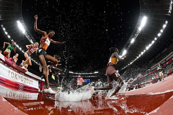 Спортсменки соревнуются в финале женского бега во время Олимпийских игр 2020 в Токио - Sputnik Азербайджан
