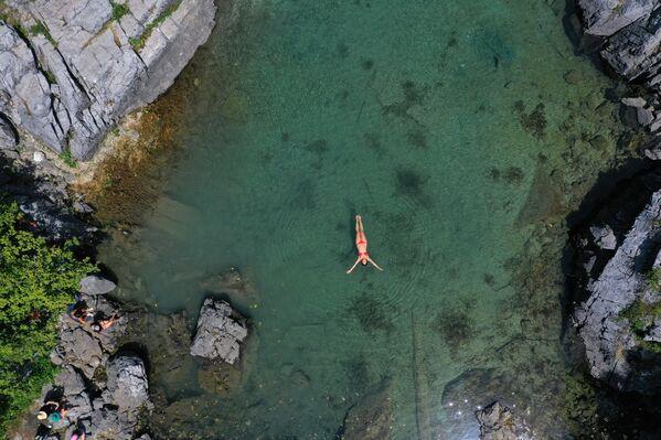Женщина плавает, чтобы охладиться в озере Ксема, Албания - Sputnik Азербайджан