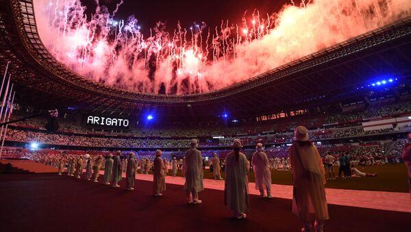 Салют на торжественной церемонии закрытия XXXII летних Олимпийских игр в Токио на Национальном олимпийском стадионе  - Sputnik Azərbaycan